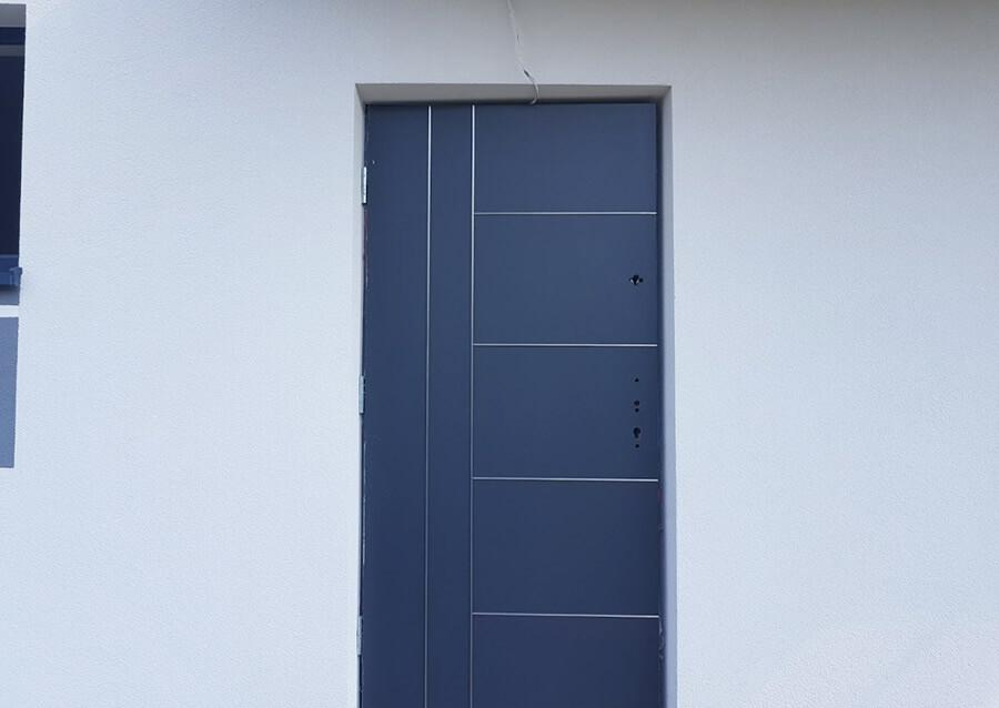 Drzwi wejściowe z listwą aluminiową